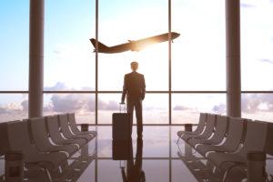 男性 飛行機 空港 スーツケース