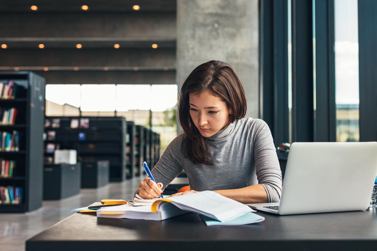 女性 図書館 勉強 パソコン ノート 鉛筆